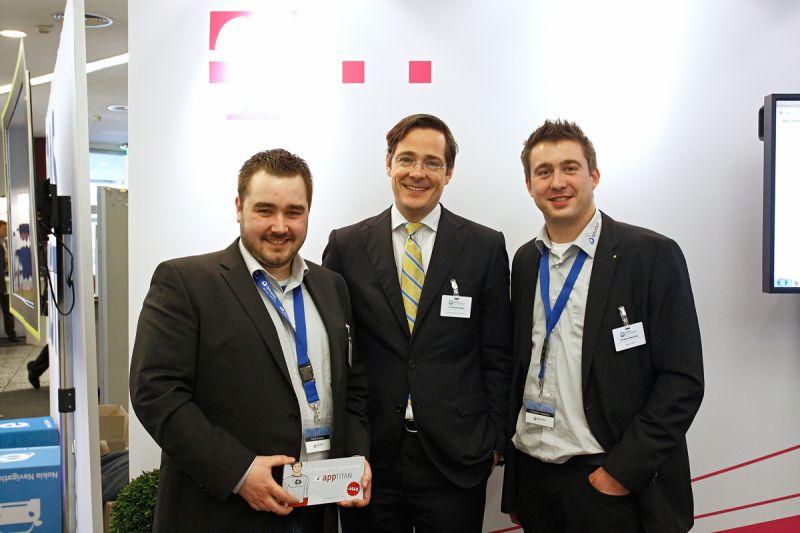 Patrick Bröckers, Christofer Wesseling (beide opwoco GmbH) zusammen mit Christian Rätsch (Leiter Marketing Kleine und Mittlere Geschäftskunden der Telekom Deutschland GmbH)